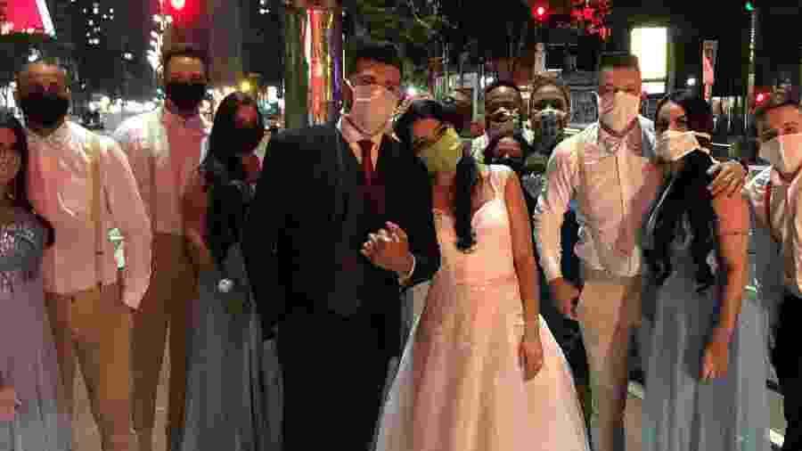 Depois da cerimônia, noivos e padrinhos fizeram fotos na calçada central da avenida Paulista - Paulo Sampaio/UOL