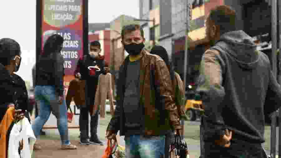 No Brás, tradicional ponto de comércio de São Paulo, pessoas circulam durante a quarentena - Ricardo Matsukawa/UOL