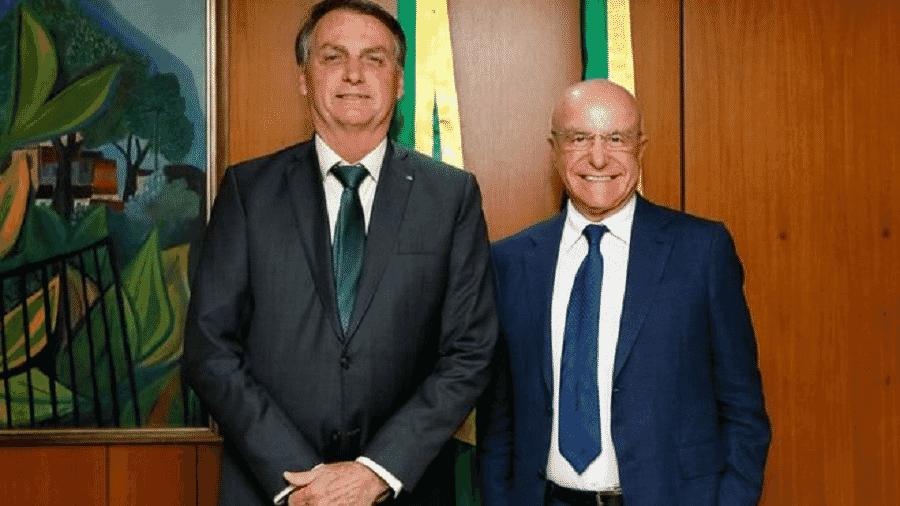 Jair Bolsonaro e Salim Mattar em foto de 2019; empresário deixou posto de secretário de desestatização - PR via BBC