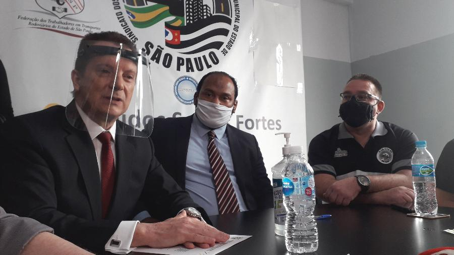 Russomanno (à esquerda) conversa com a imprensa após encontro no sindicato dos motoristas de aplicativo - Wanderley Preite Sobrinho/UOL