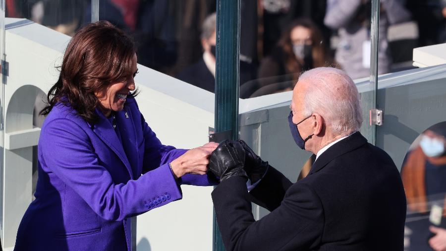 20 jan. 2021 - Kamala Harris e Joe Biden se cumprimentam após serem declarados, respectivamente, presidente e vice-presidente dos EUA - Tasos Katopodis/Getty Images