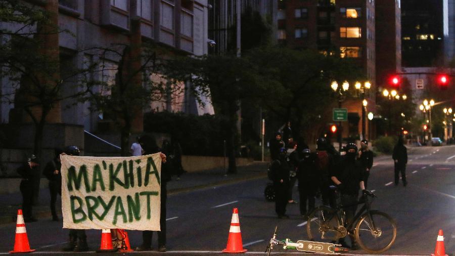 """Em Portland, manifestantes seguram placa em homenagem a Ma""""Khia Bryant, adolescente negra morta em ação policial em Ohio (EUA)  - Alisha Jucevic/Reuters"""