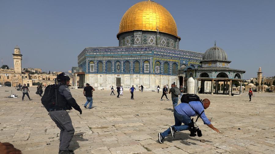 Polícia israelense e palestinos se enfrentam em frente à mesquita de Al Aqsa em Jerusalém - Ammar Awad/Reuters