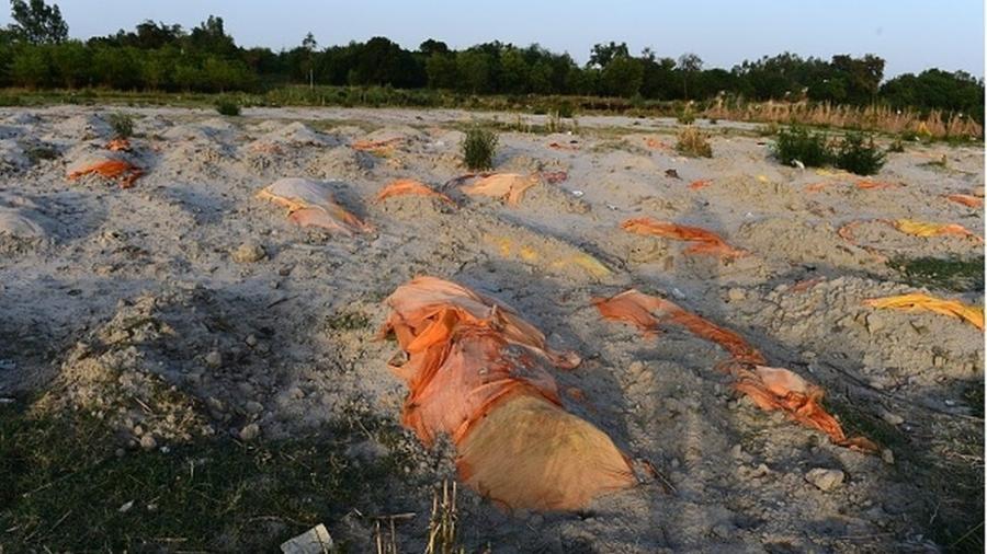 Valas feitas informalmente para vítimas da covid nas areias das margens do Ganges - Getty Images