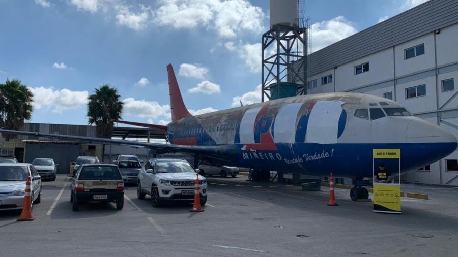 Construções ao redor do avião estão impedindo os planos de sua retirada - Divulgação/Só Marcas Outlet