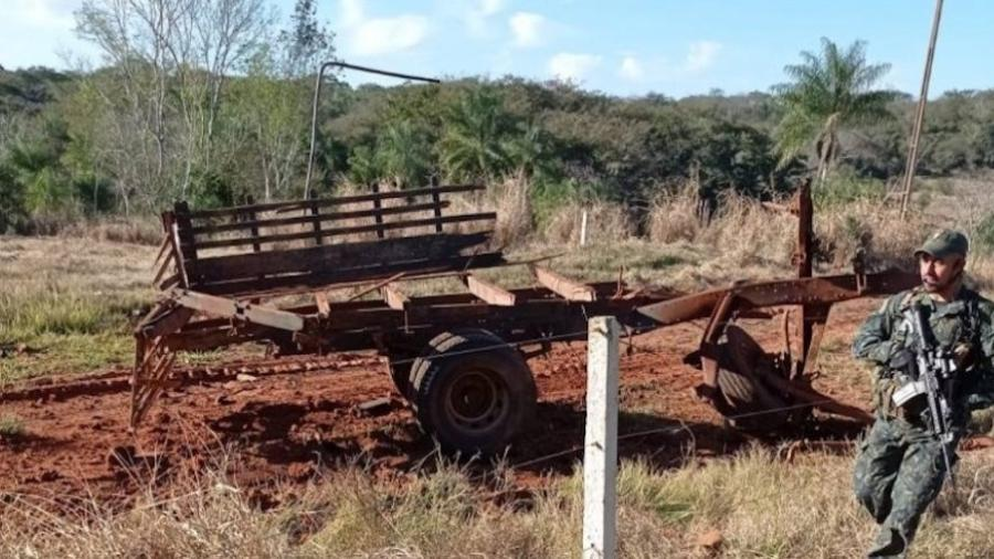 Carro explodiu após bomba enterrada em estrada detonar, tirando a vida de três sargentos, no Paraguai - Reprodução/Cortesia ao La Nacion