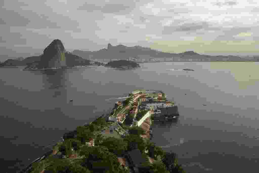 22.jun.2015 - Vista aérea da entrada da baía de Guanabara, tendo ao fundo o Pão de Açúcar e o Corcovado, no Rio de Janeiro. Uma mancha de óleo foi avistada na baía, que será local das provas de vela durante os Jogos Olímpicos Rio 2016 - Marcelo Sayão/EFE