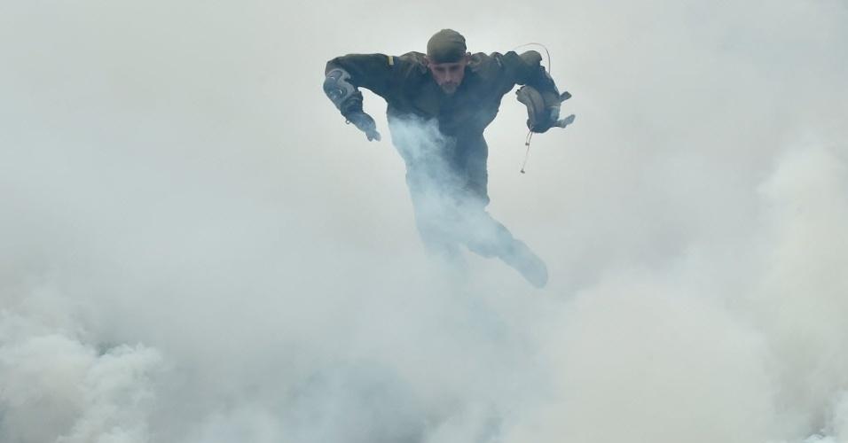 14.ago.2015 - Recruta do batalhão voluntário de extrema direita Azov participa de uma competição em Kiev, capital da Ucrânia, antes de ir para a região de conflito no leste do país. Duas pessoas foram mortas em um intenso bombardeio entre as forças do governo ucraniano e combatentes pró-Rússia. O porta-voz do Exército da Ucrânia, Andriy Lysenko, disse que um soldado foi morto e seis foram feridos nas últimas 24 horas