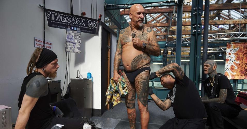25.set.2015 - Um tatuador desenha na perna de um cliente durante a Convenção Internacional de Tatuagem de Londres, em Tobacco Dock, no Leste da capital inglesa