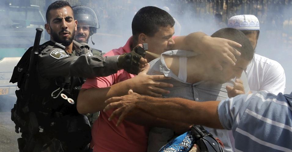 2.out.2015 - Policial israelense solta gás de pimenta contra palestino na área de mesquitas de Jerusalém. Homens palestinos com mais de 40 anos foram proibidos de entrar na área. Policiamento foi reforçado após a morte de dois colonos israelenses perto de Nablus, no sul do território palestino ocupado