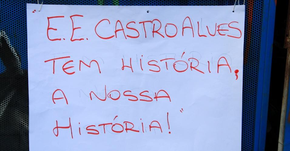 12.nov.2015 - Estudantes ocupam Escola Estadual Castro Alves na Vila Mariza Mazzei, em São Paulo (SP). A polícia acompanha de perto a movimentação. Os estudantes são contra o fechamento de escolas para a reorganização da rede de ensino estadual