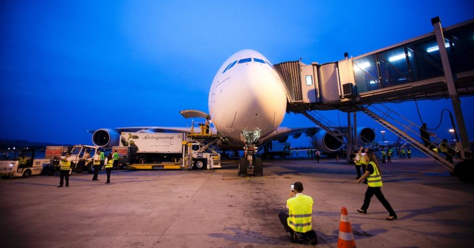 Homem tira foto do A380 que fez um único voo para o aeroporto de Guarulhos, em São Paulo