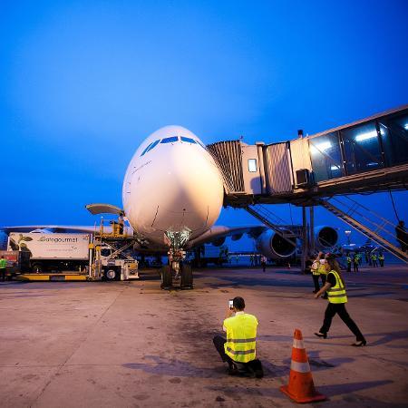 Avião parado no aeroporto de Guarulhos, em São Paulo - Lucas Lima/UOL