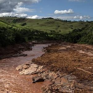 Rio Doce, em trecho mineiro, tomado pela lama