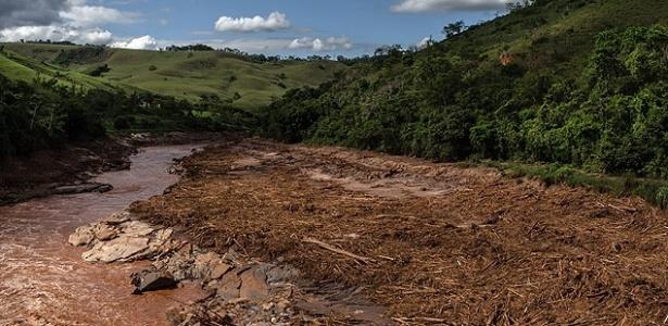 2.dez.2015 - O rio Doce em trecho na cidade homônima que recebeu destroços da tragédia de Mariana (MG); cidade que leva o nome do rio reteve cadáveres e destroços da tragédia - Avener Prado/Folhapress