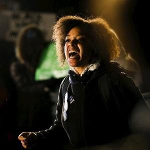 Manifestante grita contra a polícia durante protesto em Nova York após júri inocentar policial por morte de Tamir Rice, de 12 anos