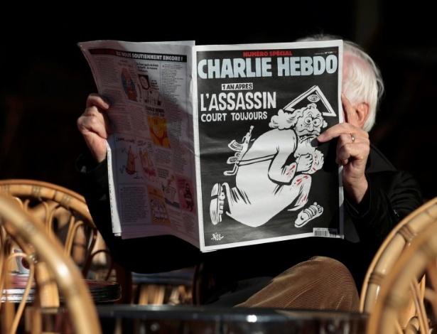 """Homem lê edição do """"Charlie Hebdo"""" em Nice, na França"""