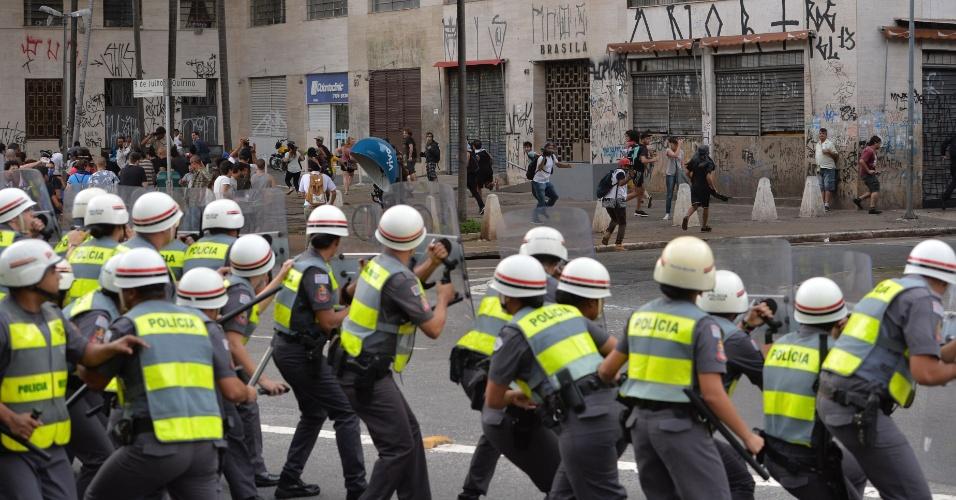 8.jan.2016 - Policiais militares usam escudos para se proteger de pedradas durante confusão em ato contra o aumento do valor da tarifa do transporte público de São Paulo, no Vale do Anhangabaú, no centro de São Paulo. Neste sábado (9), tarifa passa de R$ 3,50 para R$ 3,80