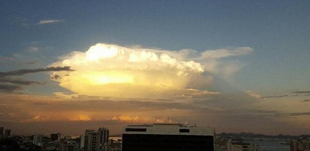 Nuvem cúmulo-nimbo apareceu nos céus do Rio de Janeiro na segunda (25) e fez sucesso em fotos nas redes sociais