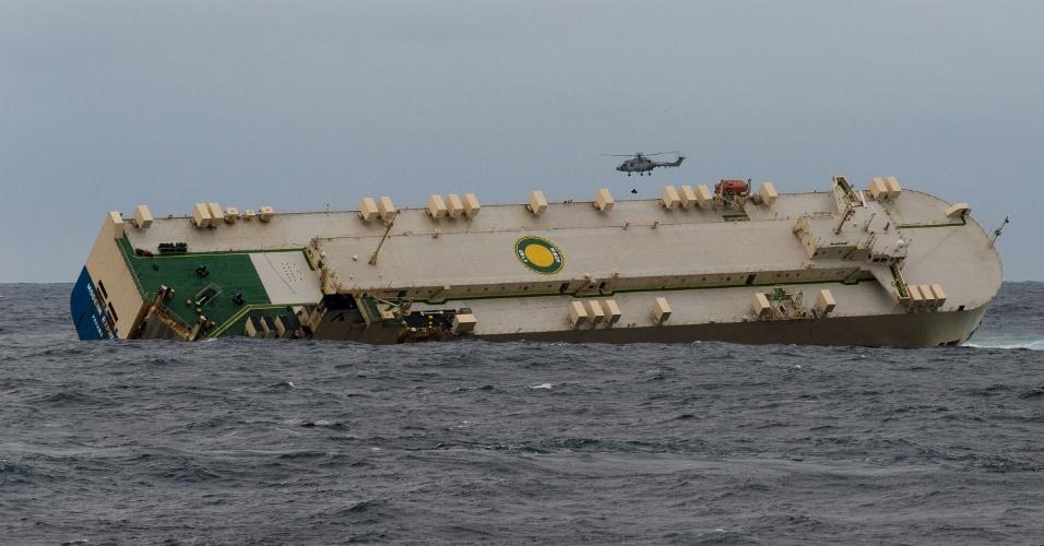 """29.jan.2016 - Helicóptero se aproxima do cargueiro """"Modern Express"""" em operação de resgate. Esforços para rebocar a embarcação não deram certo até agora, mas haverá uma nova tentativa nesta segunda-feira."""