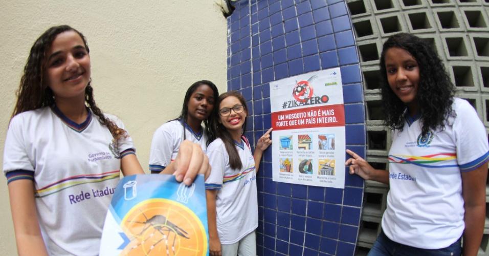 19.fev.2016 - Estudantes participam de ação contra o mosquito Aedes Aegypti, transmissor de doenças como zika, dengue e chikungunya, no Recife. Escolas de todo o país participaram da celebração do Dia Nacional de Mobilização da Educação contra o Zika