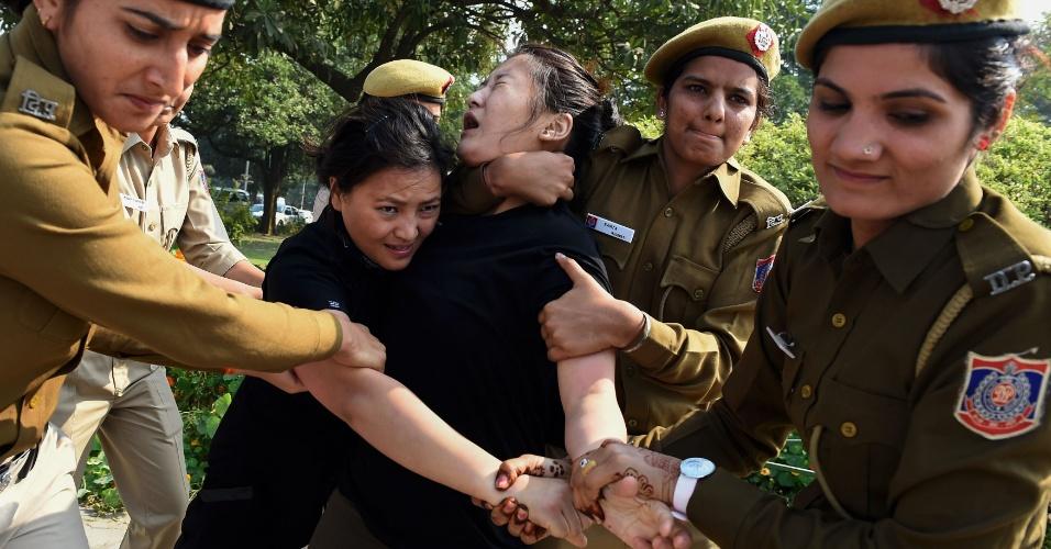 10.mar.2016 - Policiais indianas detém ativista durante protesto em frente à embaixada chinesa em Nova Déli. Ativistas pela independência do Tibete protestaram na capital indiana lembrando o aniversário do levante de 1959 contra o domínio chinês no território