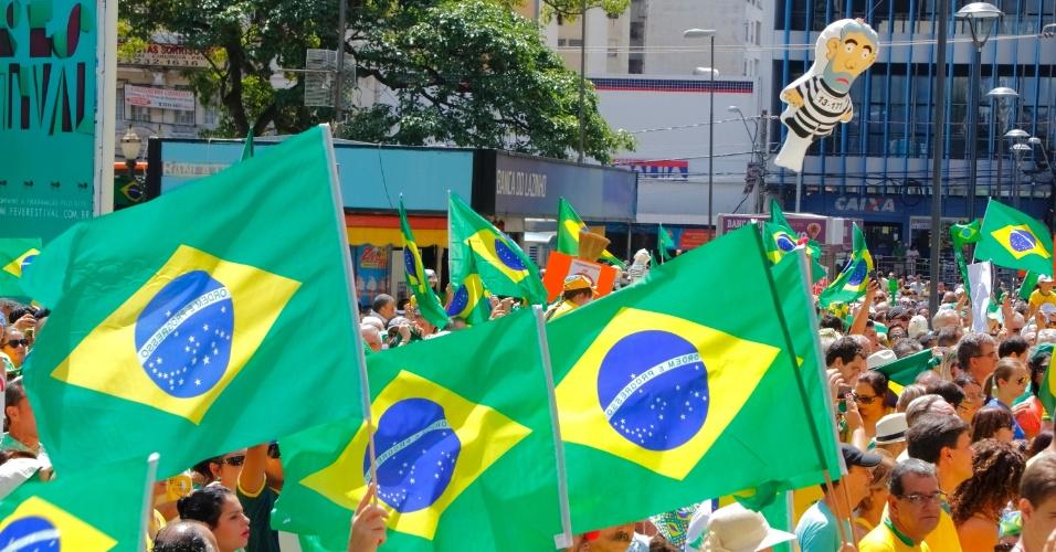 13.mar.2016 - Manifestantes erguem réplicas da bandeira do Brasil no centro de Campinas, interior de São Paulo, durante ato contra o governo Dilma Rousseff. Protestos contra Dilma acontecem em vários Estados e pedem o impeachment da presidente e a prisão do ex-presidente Luiz Inácio Lula da Silva, investigado pela Operação Lava Jato