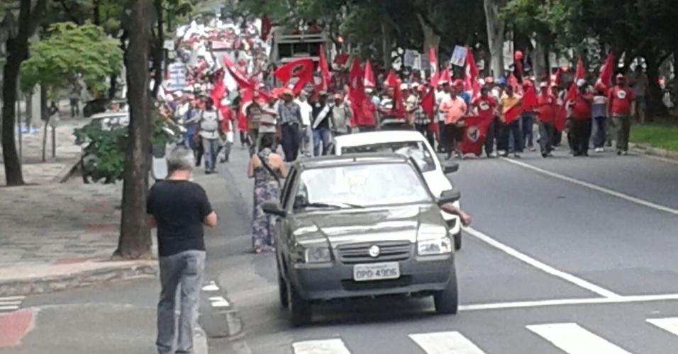 18.mar.2016 - Manifestantes pró-Dilma Rousseff e contra o impeachment fazem protesto em Belo Horizonte, Minas Gerais, rumo à praça Afonso Arinos, na região centro-sul. O local será usado para a concentração dos participantes do ato