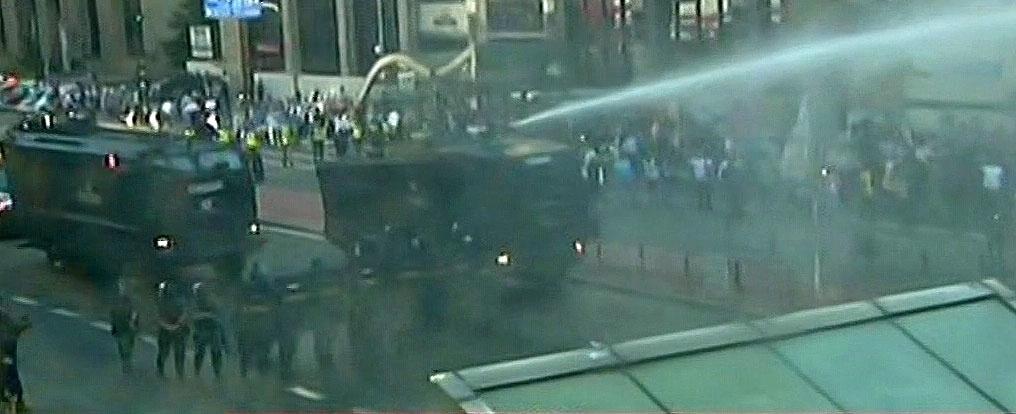 18.mar.2016 - Tropa de Choque lança jato de água em manifestantes que ocupavam as duas vias da avenida Paulista, em São Paulo. Eles acampavam no local contra o governo Dilma e a nomeação de Lula como ministro