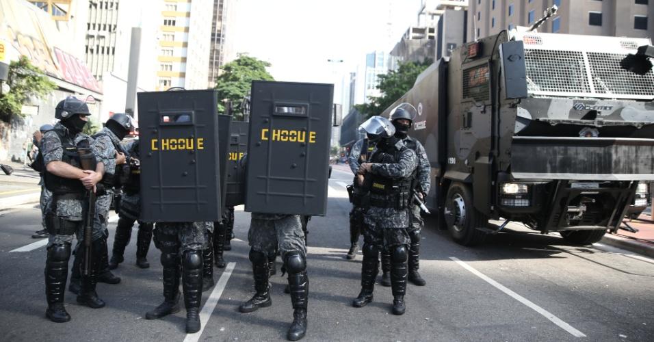 18.mar.2016 - Tropa de choque se posiciona na avenida Paulista para retirar manifestantes que ocupam parte da via, nesta sexta-feira