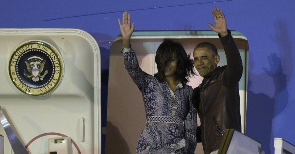 25.mar.2016 - Ao lado da primeira-dama Michelle, o presidente americano Barack Obama embarca no Air Force One no aeroporto de Ezezia, em Buenos Aires, após visita oficial de dois dias à Argentina