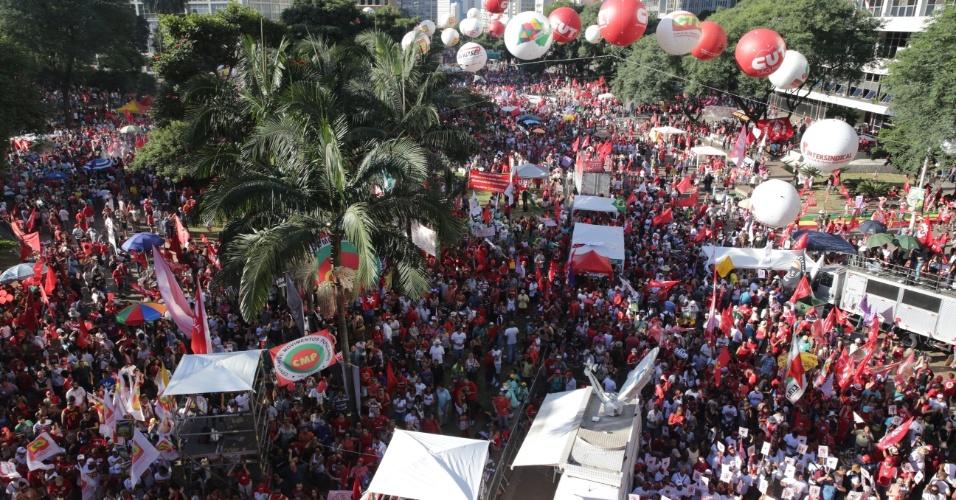 17.abr.2016 - Manifestantes lotam o Vale do Anhangabaú, no centro de São Paulo, durante ato contra o impeachment da presidente Dilma Rousseff