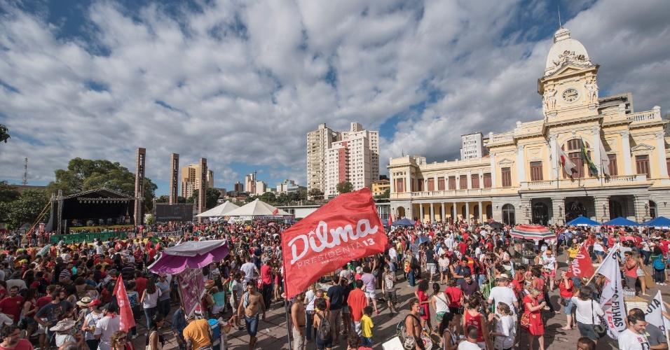 17.abr.2016 - Manifestantes que são contra o impeachment da presidente Dilma Rousseff fazem ato na praça da Estação, em Belo Horizonte