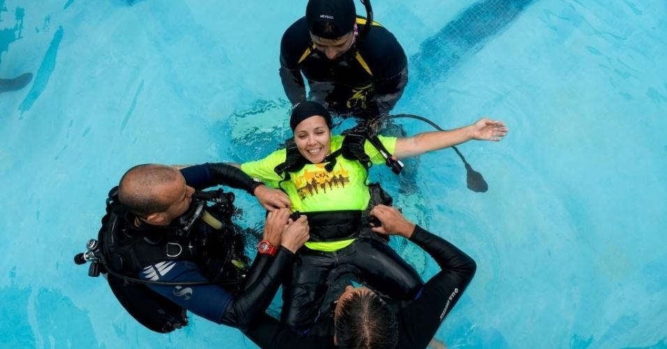 19.abr.2016 - Mulher paraplégica recebe ajuda de instrutores para nadar e participar de curso de mergulho em Caracas, na Venezuela. Diversos alunos que usam cadeiras de rodas participam da atividade para se exercitar e afirmam que a experiência é libertadora