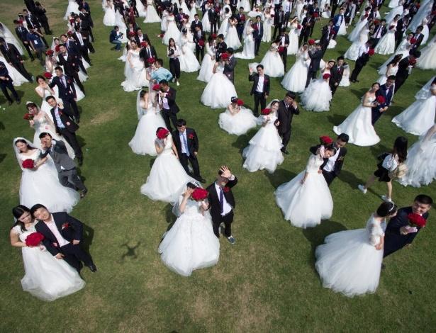 2.mai.2016 - A Universidade de Zhejiang, em Hangzhou, na China convidou seus ex-alunos para voltar para a escola para se casar no sábado como uma maneira de comemorar 119º aniversário da instituição.  Cerca de 400 casais participaram da cerimônia