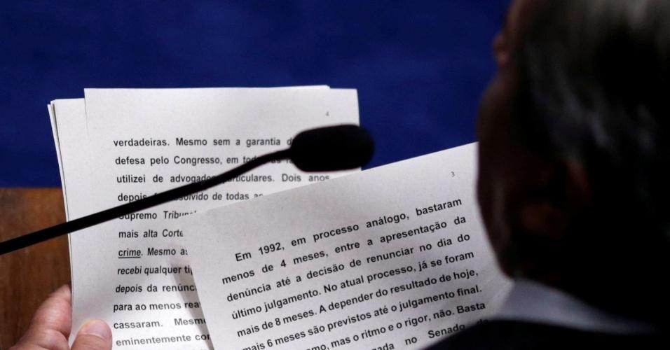 11.mai.2016 - O senador Fernando Collor lê o seu discurso, em que cita o seu próprio processo de impeachment em 1992, durante o debate do processo contra a presidente Dilma Rousseff