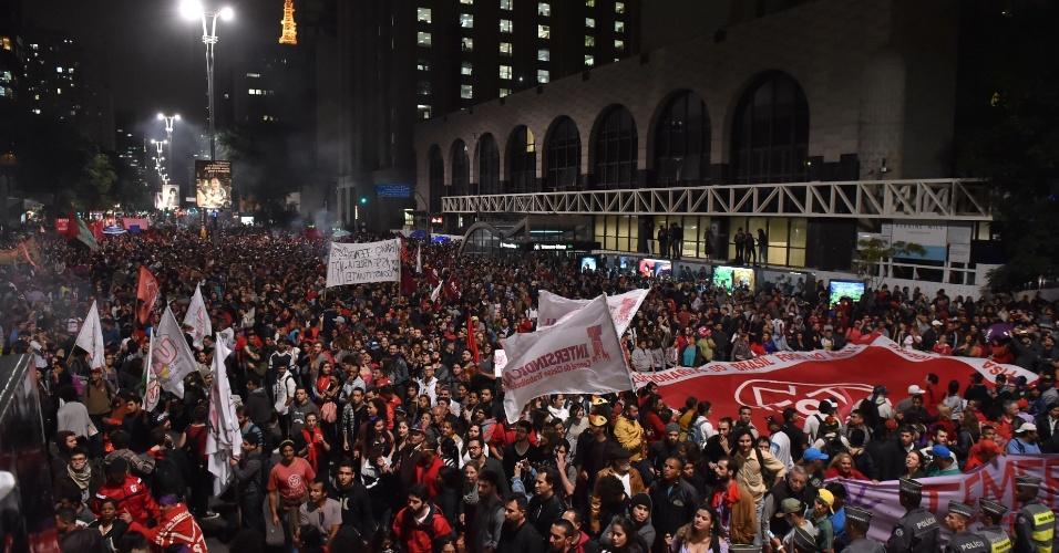 12.mai.2016 - Milhares de pessoas protestam na avenida Paulista, em São Paulo, contra o presidente interino Michel Temer (PMDB). O ato de apoio à presidente afastada Dilma Rousseff (PT) fecha os dois sentidos da avenida