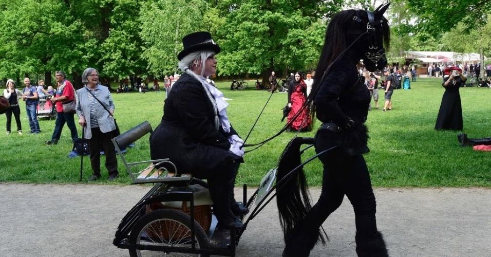 13.mai.2016 - O festival gótico conta com barradas com produtos medievais, góticos e culturas. O Wave-Gotik-Treffen (Encontro da onda gótica, em tradução livre) acontece em Leipzig, na Alemanha, e recebe milhares de pessoas de todo o mundo por ser considerado um dos maiores festivais góticos