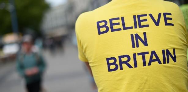 """Manifestante favorável à permanência do Reino Unido na União Europeia veste camiseta que diz """"Acredite na Grã-Bretanha"""", em Birmingham, na Inglaterra"""