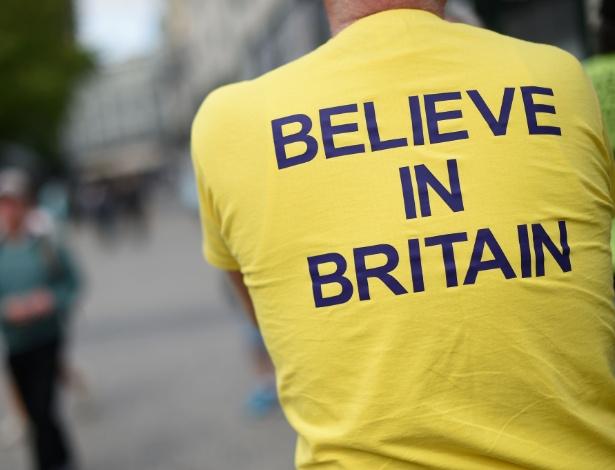 """Britânico veste camiseta que diz """"Acredite no Reino Unido"""""""