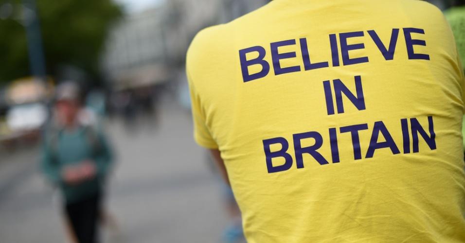 """21.jun.2016 - Manifestante favorável à permanência do Reino Unido na União Europeia veste camiseta que diz """"Acredite na Grã-Bretanha"""", em Birmingham, na Inglaterra"""