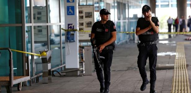 Policiais fazem ronda no aeroporto de Ataturk, em Istambul, no dia seguinte ao atentado