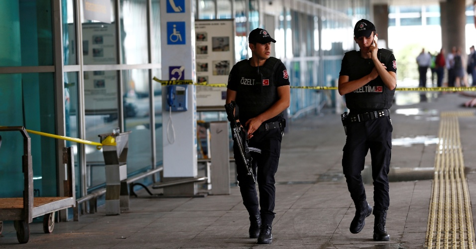 29.jun.2016 - Policiais fazem ronda no aeroporto de Ataturk, em Istambul, no dia seguinte ao ataque que deixou dezenas de mortos e feridos. O aerporto voltou a operar nesta quarta-feira (29), mas muitos voos foram cancelados ou estão com status de atrasados