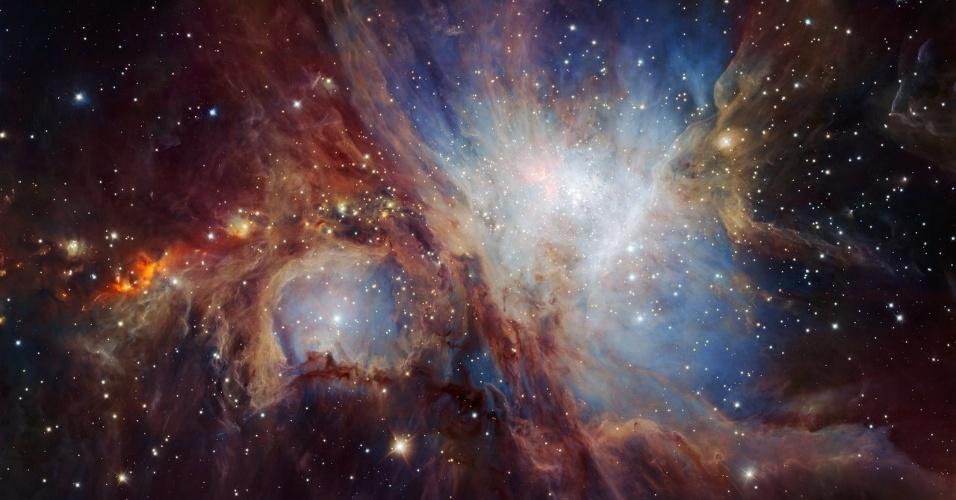 """12.jul.2016 - Astrônomos conseguiram ter a visão mais profunda e abrangente da nebulosa Órion graças ao instrumento HAWK-I, instalado no telescópio VLT (Very Large Telescope) situado no Chile. Nessa """"olhadela"""" descobriram que existe aproximadamente dez vezes mais anãs marrons e objetos isolados de massa planetária do que os conhecidos até agora nessa nebulosa. A descoberta sugere que Órion pode ser formada, em proporção, por muitos objetos de baixa massa que outras regiões de formação estelar mais próximas e menos ativas"""