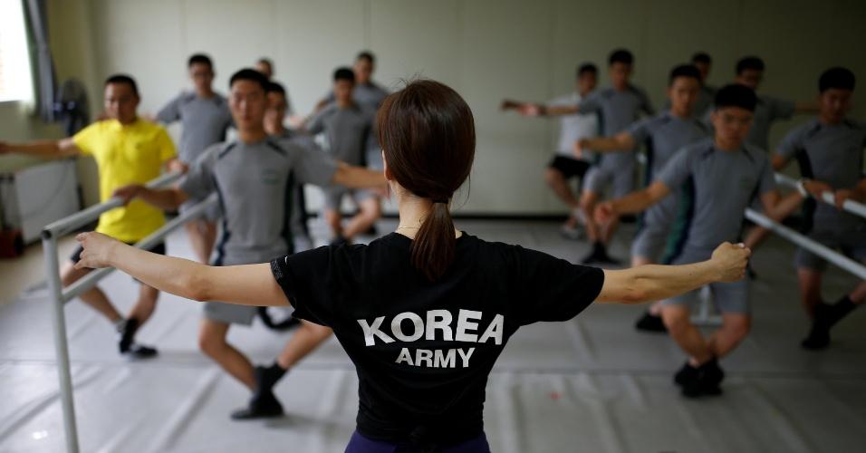 13.jul.2016 - Soldados do Exército da Coreia do Sul fazem aulas de balé para combater o estresse de patrulhar a fronteira com a Coreia do Norte