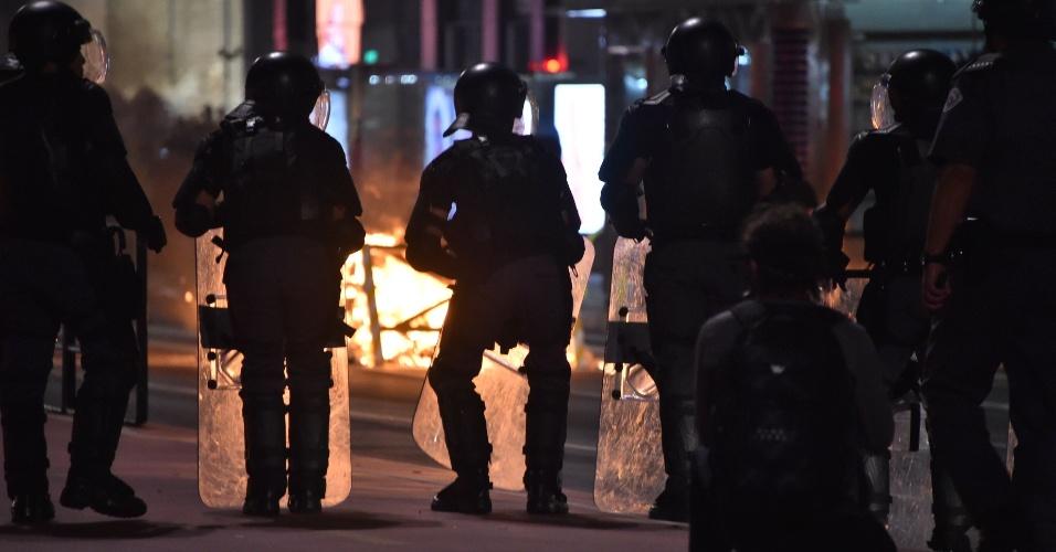 29.ago.2016 - Policiais militares formam barreira durante manifestação contra o impeachment da presidente afastada, Dilma Rousseff, durante protesto na avenida Paulista, em São Paulo. Atos simultâneos acontecem em outras capitais do Brasil