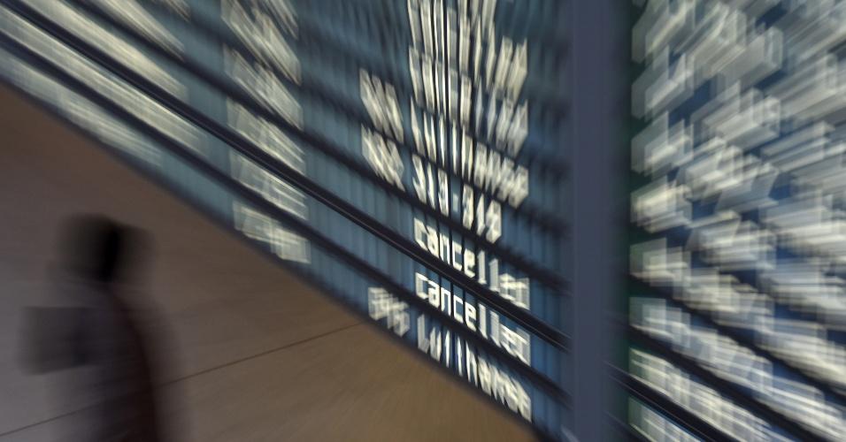 24.nov.2016 - Fotografia com efeito de zoom mostra passageiro de vôo junto a painel eletrônico exibindo vôos cancelados da companhia aérea alemã Lufthansa no aeroporto Franz-Josef-Strauss em Munique, na Alemanha