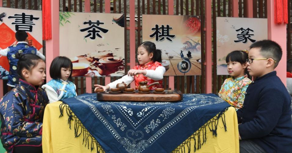 28.dez.2016 - Estudantes realizam atividade sobre a cerimônia do chá chinesa em uma escola na província de Fujian, no sudeste do país