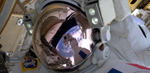 O astronauta da Agência Europeia Espacial Thomas Pesquet realiza sua primeira caminhada espacial; estará pronto o ser humano para viver no espaço no futuro?
