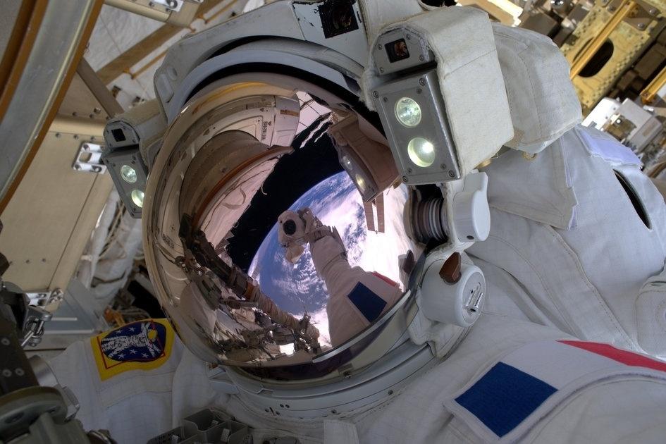 13,jan.2017 - O astronauta da Agência Europeia Espacial Thomas Pesquet realiza sua primeira caminhada espacial. Ao lado do astronauta da NASA Shane Kimbrough, ele passou cinco horas e 58 minutos fora da Estação Espacial para completar uma atualização de bateria para o sistema de energia do posto avançado